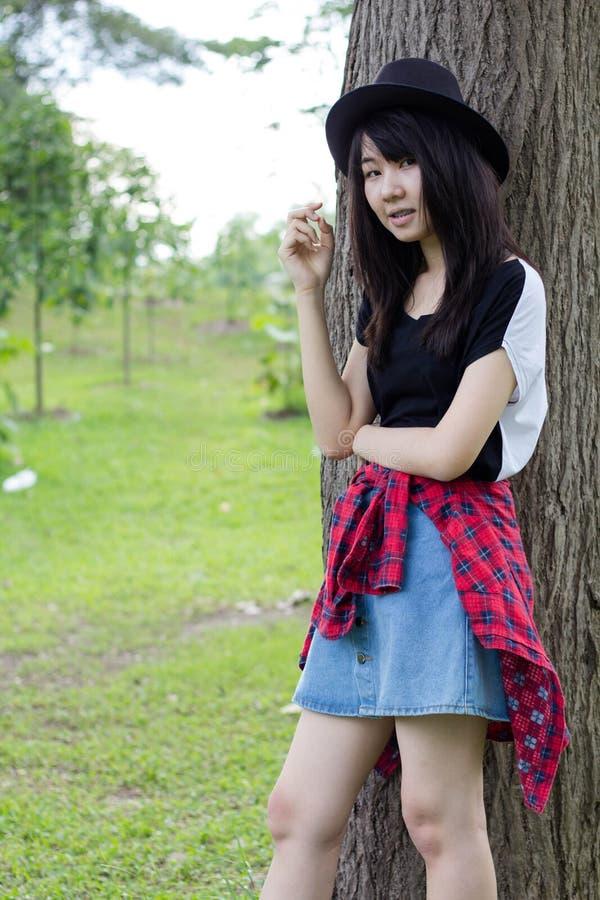 Download Teenager Tailandese Delle Donne Dell'Asia Si Rilassa Sul Parco Fotografia Stock - Immagine di divertente, people: 55357896