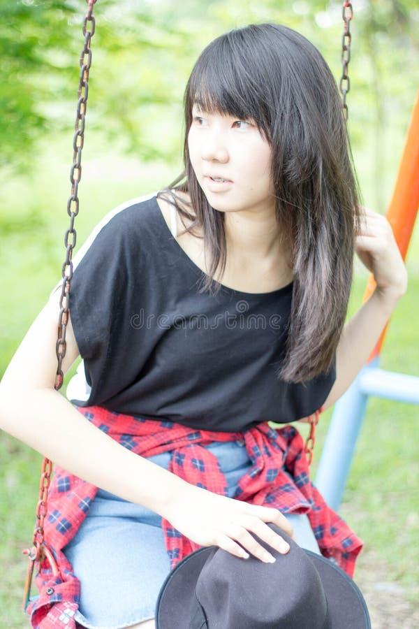 Download Teenager Tailandese Delle Donne Dell'Asia Si Rilassa Sul Parco Fotografia Stock - Immagine di people, lifestyle: 55357920
