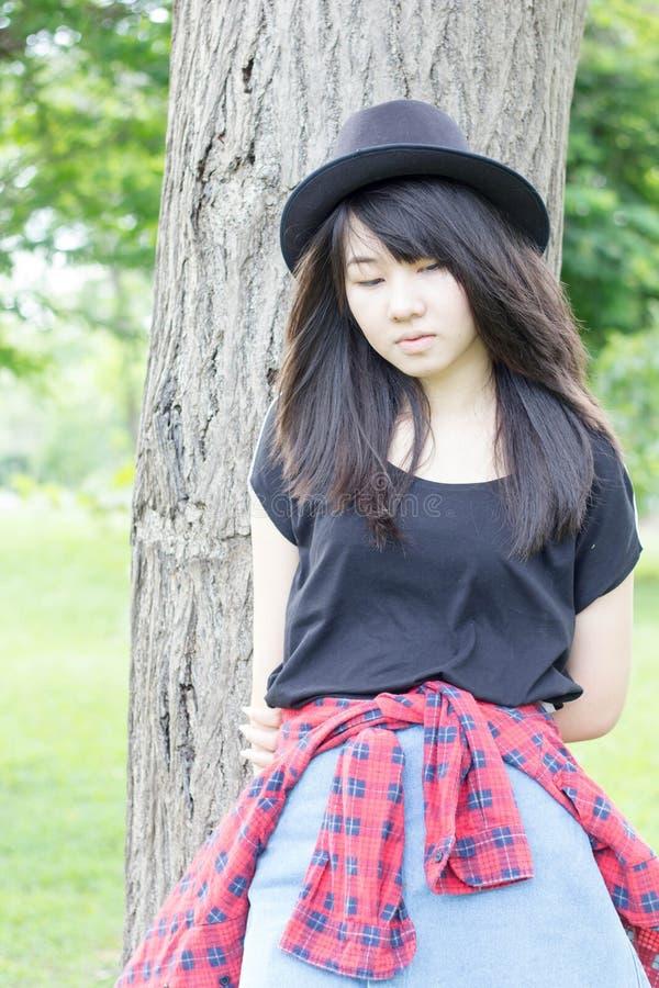 Download Teenager Tailandese Delle Donne Dell'Asia Si Rilassa Sul Parco Immagine Stock - Immagine di caucasico, distendasi: 55357921