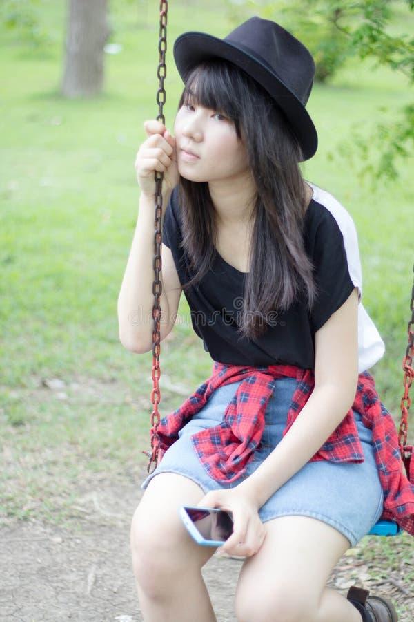Download Teenager Tailandese Delle Donne Dell'Asia Si Rilassa Sul Parco Fotografia Stock - Immagine di parco, cinese: 55357922