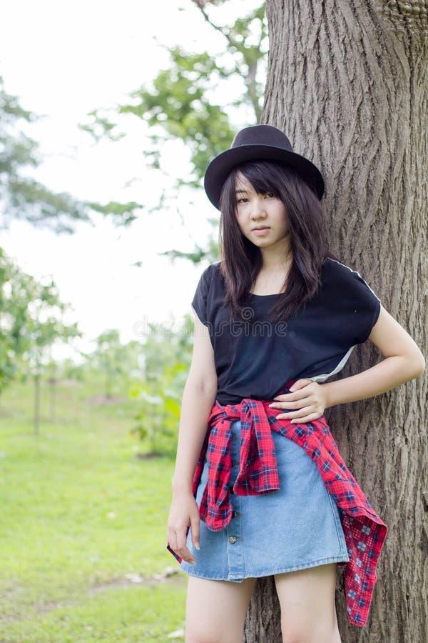 Download Teenager Tailandese Delle Donne Dell'Asia Si Rilassa Sul Parco Fotografia Stock - Immagine di distendasi, asiatico: 55357980