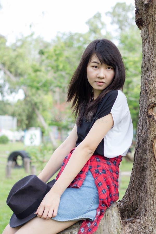 Download Teenager Tailandese Delle Donne Dell'Asia Si Rilassa Sul Parco Immagine Stock - Immagine di commercio, brunette: 55357989