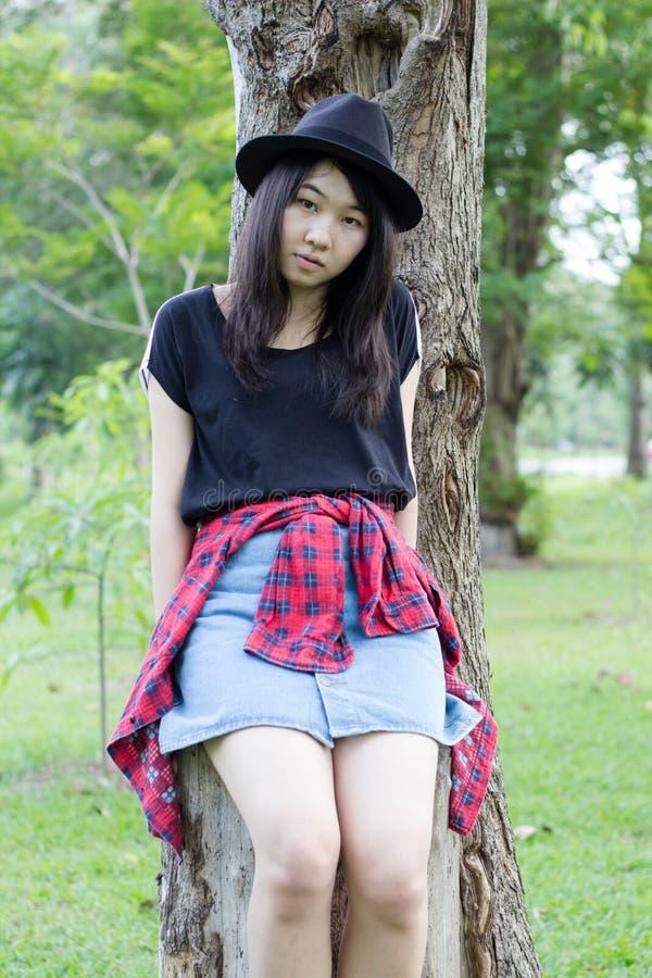 Download Teenager Tailandese Delle Donne Dell'Asia Si Rilassa Sul Parco Fotografia Stock - Immagine di brunette, nave: 55358022