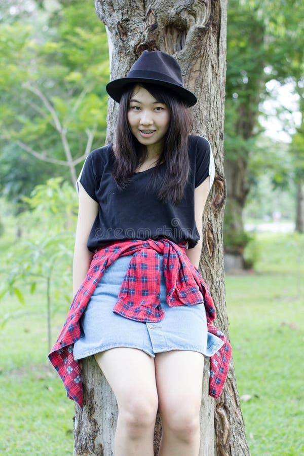 Download Teenager Tailandese Delle Donne Dell'Asia Si Rilassa Sul Parco Fotografia Stock - Immagine di asia, capelli: 55358028