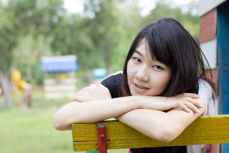 Download Teenager Tailandese Delle Donne Dell'Asia Si Rilassa Sul Parco Fotografia Stock - Immagine di people, commercio: 55358062