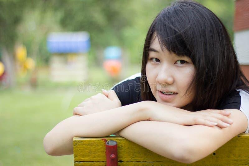 Download Teenager Tailandese Delle Donne Dell'Asia Si Rilassa Sul Parco Immagine Stock - Immagine di faccia, persona: 55358087