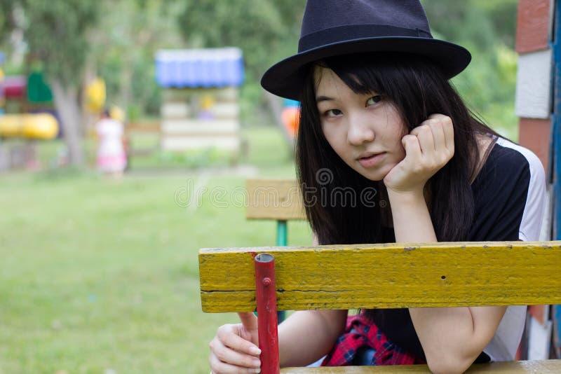 Download Teenager Tailandese Delle Donne Dell'Asia Si Rilassa Sul Parco Immagine Stock - Immagine di capelli, ritratto: 55358089