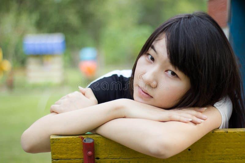 Download Teenager Tailandese Delle Donne Dell'Asia Si Rilassa Sul Parco Immagine Stock - Immagine di brunette, persona: 55358111
