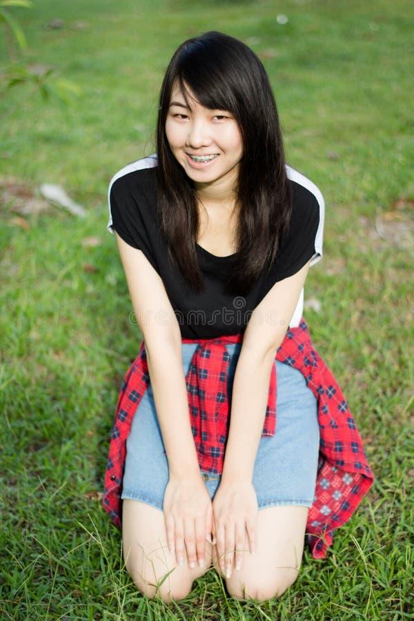 Download Teenager Tailandese Delle Donne Dell'Asia Si Rilassa Sul Parco Immagine Stock - Immagine di brunette, commercio: 55358169