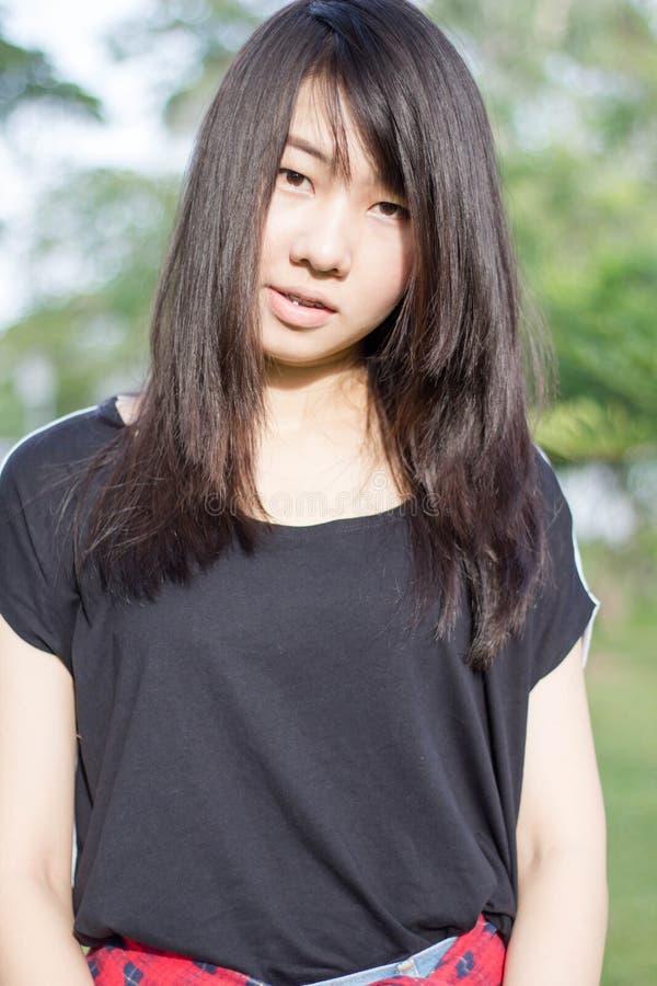 Download Teenager Tailandese Delle Donne Dell'Asia Si Rilassa Sul Parco Fotografia Stock - Immagine di verde, persona: 55358204