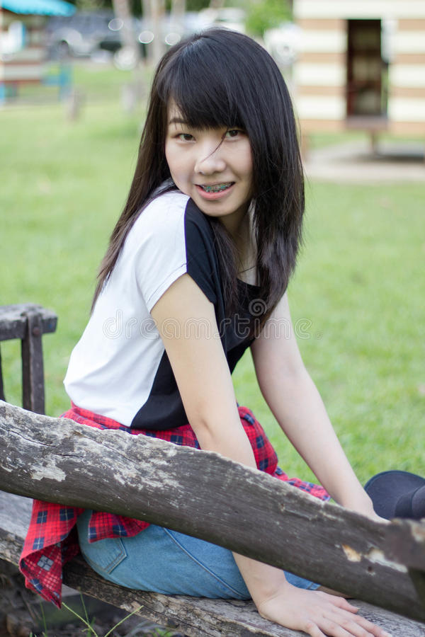 Download Teenager Tailandese Delle Donne Dell'Asia Si Rilassa Sul Parco Immagine Stock - Immagine di asiatico, felice: 55358211