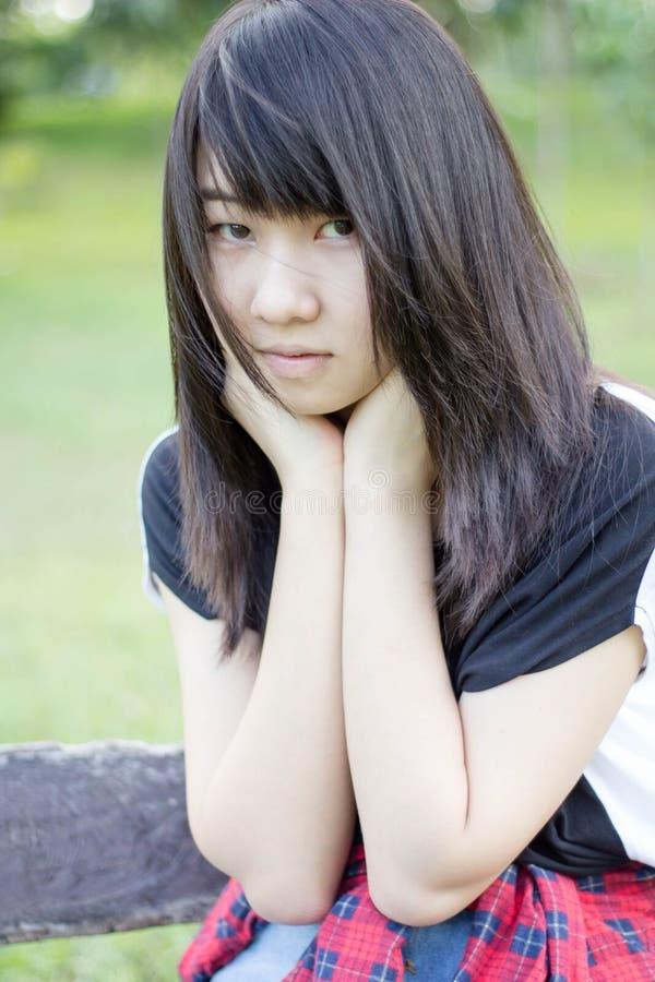 Download Teenager Tailandese Delle Donne Dell'Asia Si Rilassa Sul Parco Fotografia Stock - Immagine di caucasico, abbastanza: 55358242