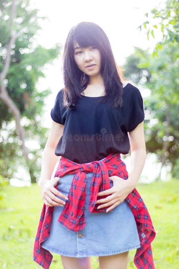 Download Teenager Tailandese Delle Donne Dell'Asia Si Rilassa Sul Parco Fotografia Stock - Immagine di commercio, femmina: 55362334