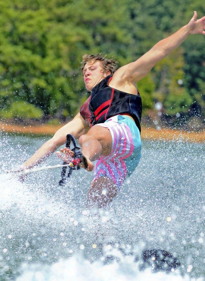 Teenager-Trick-Skifahren lizenzfreie stockbilder
