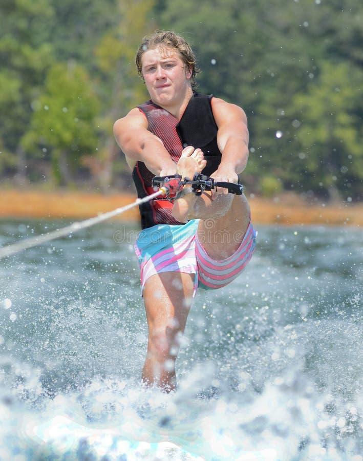Teenager-Trick-Skifahren stockfoto