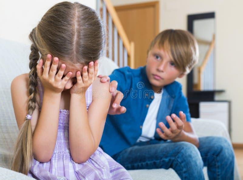 Teenager und kleines Mädchen, die zu Hause streiten lizenzfreie stockfotografie