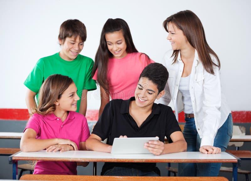 Teenager und Mädchen, die Digital-Tablet an verwenden lizenzfreies stockbild