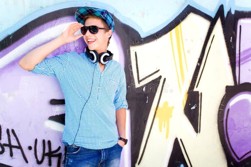 Teenager vor Graffiti stockfoto