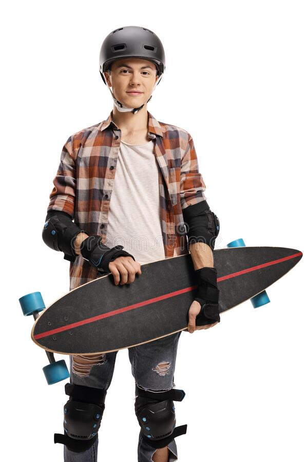 Teenagerjunge, die einen Helm tragen, Schutzpolster tragen und eine Langleinenplatte tragen stockfotos