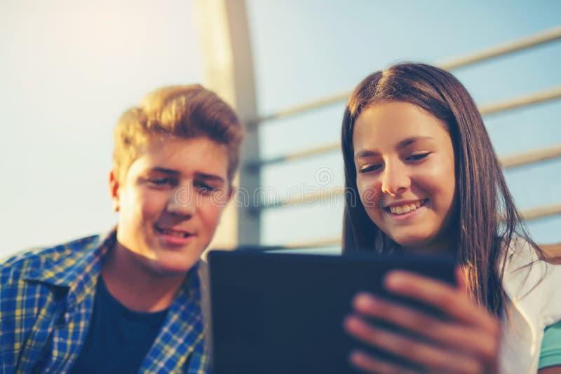 Teenages chłopiec Używa Cyfrowej pastylkę I dziewczyna zdjęcie royalty free
