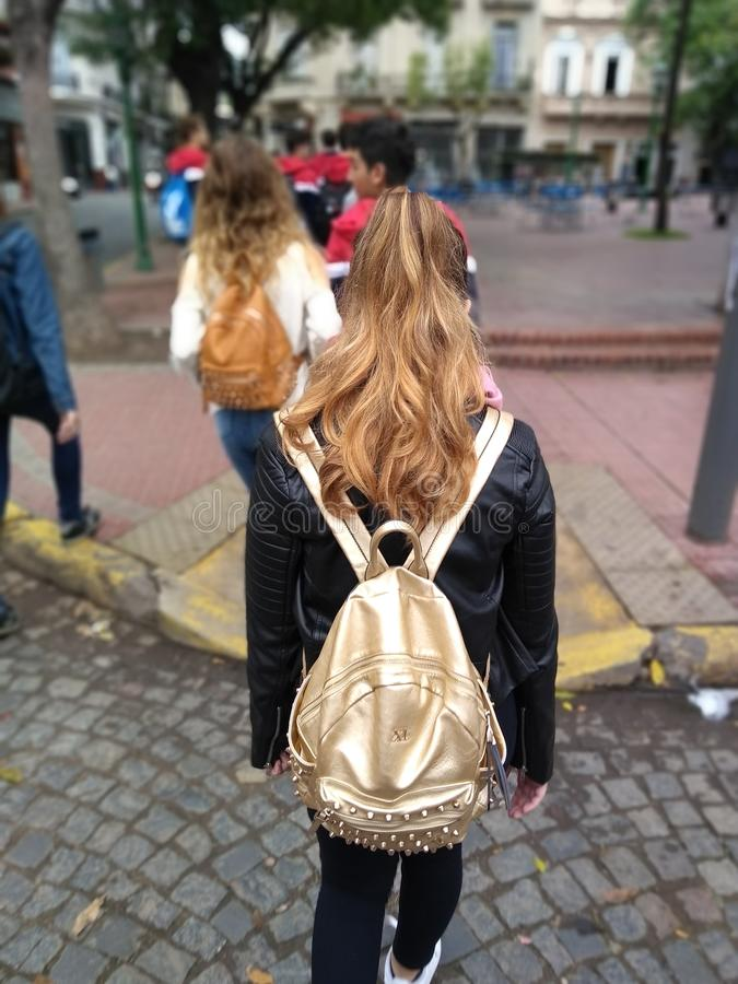 Teenanger που περπατά στην οδό στοκ εικόνα