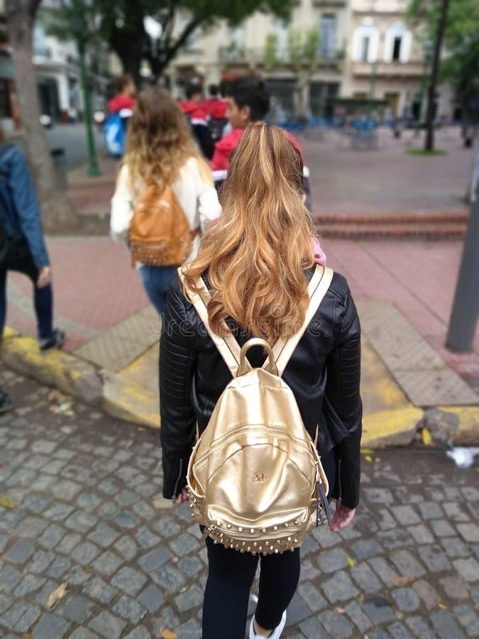 Teenanger som går i gatan fotografering för bildbyråer