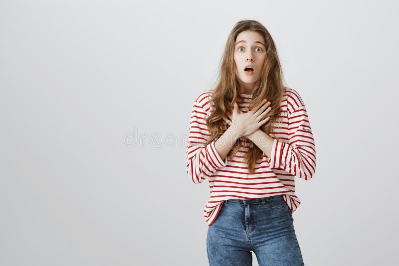 Teengaer che guarda scena strabiliante nel film Ritratto di discorso perdente stupito della ragazza, tenente le palme attraversat fotografia stock