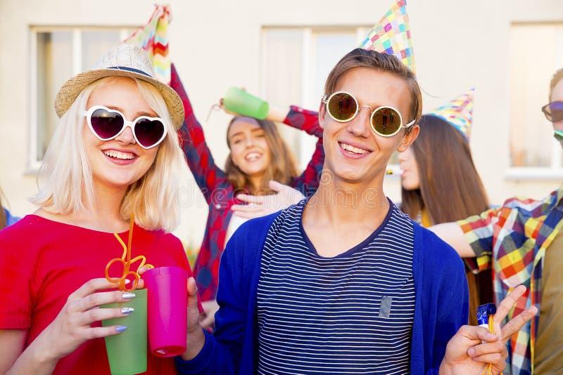 Teens που έχει ένα κόμμα στοκ εικόνες