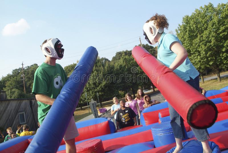 Teens που παίζει και που απολαμβάνει ένα gladiator παιχνίδι στοκ φωτογραφία