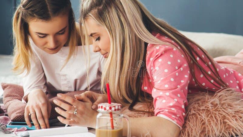 Teens lifestyle studeren meisje huiswerk stock afbeeldingen