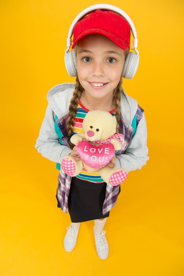 Teens Mode fröhlicher Teenager Kleine Kindermädchen, lange Haare Teenagerleben Moderner Teenager Glückliche Kindheit Cute stockbilder