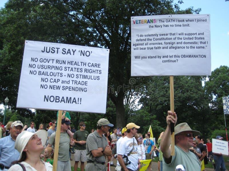 Teeparty-Protestierender-Erhöhungs-Zeichen lizenzfreie stockfotos