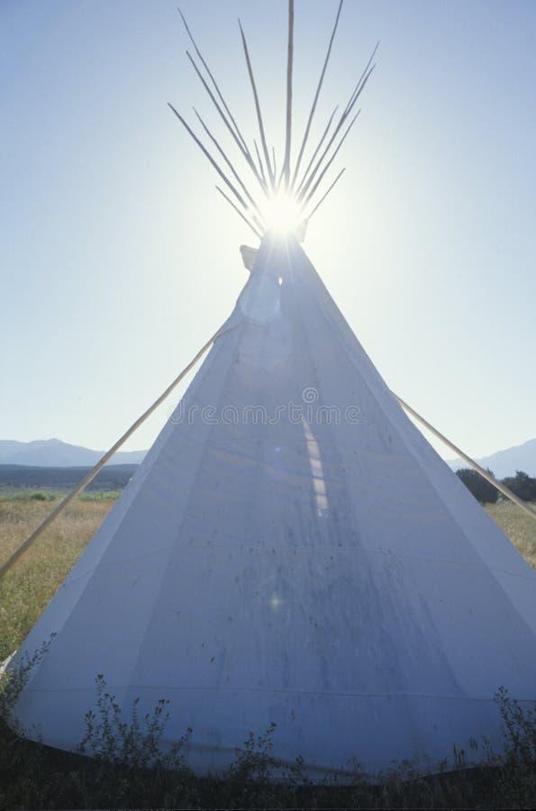 Teepee и sunburst в Taos, NM стоковое изображение