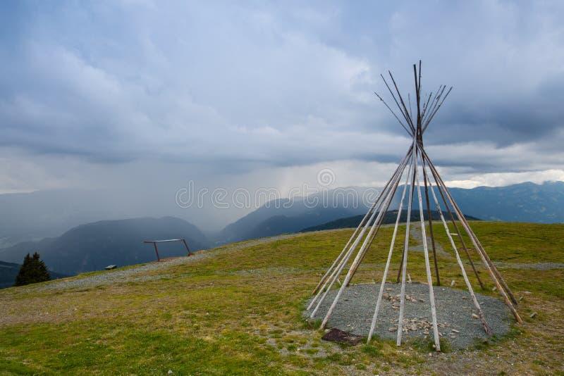 Teepii américain typique sur la colline avant tempête images stock