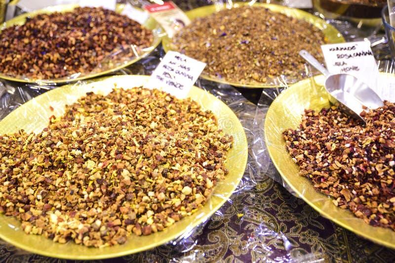 Teesätze in den verschiedenen Farben und in den Düften lizenzfreies stockbild