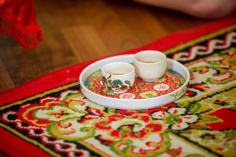 Teesatz benutzt in einer chinesischen Hochzeitsteezeremonie Chinesische Hochzeitstezeremonie, die zu den Ältesten dient stockbild