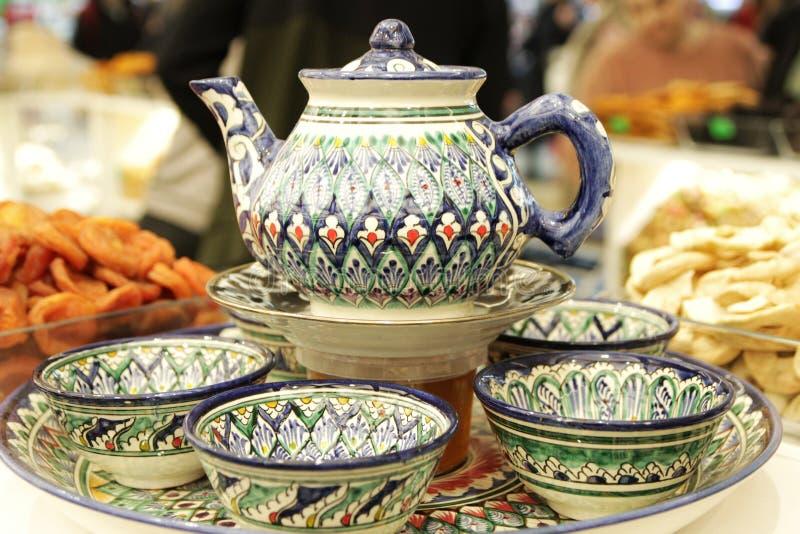 Teesatz, Teekanne, Schalen, gemalte türkische Keramik, Bonbons und Trockenfrüchte stockfotografie