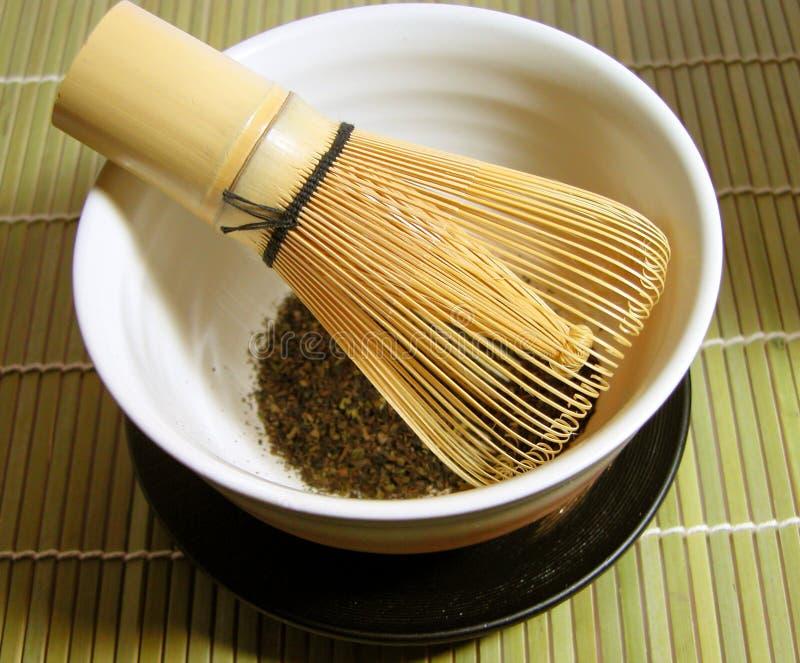 Teeschüssel und traditionelles Bambuswisk stockfoto