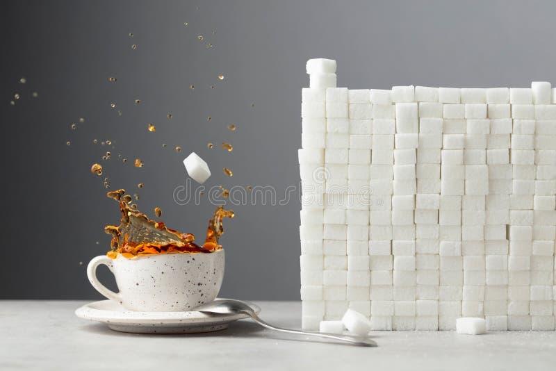 Teespritzen mit Zuckerwürfeln lizenzfreies stockbild