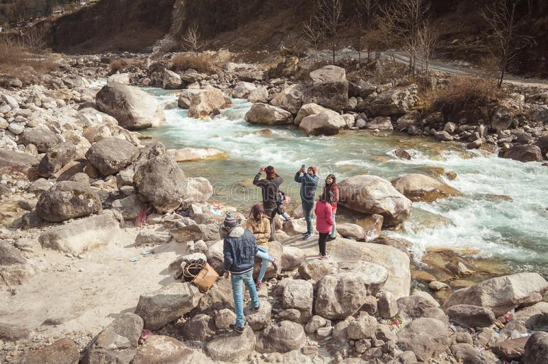 Teesta rzeki przód, Yumthang dolina, Styczeń 1 2019: Turystyczni ludzie bierze selfie zbyt zamkniętemu rzeka po niedawnej wiadomo obrazy royalty free