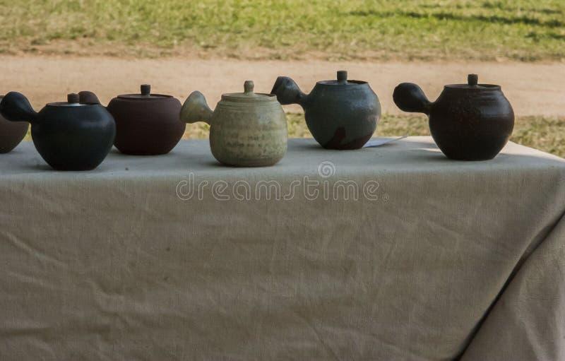 Teetöpfe angespornt durch japanische Kultur stockbilder