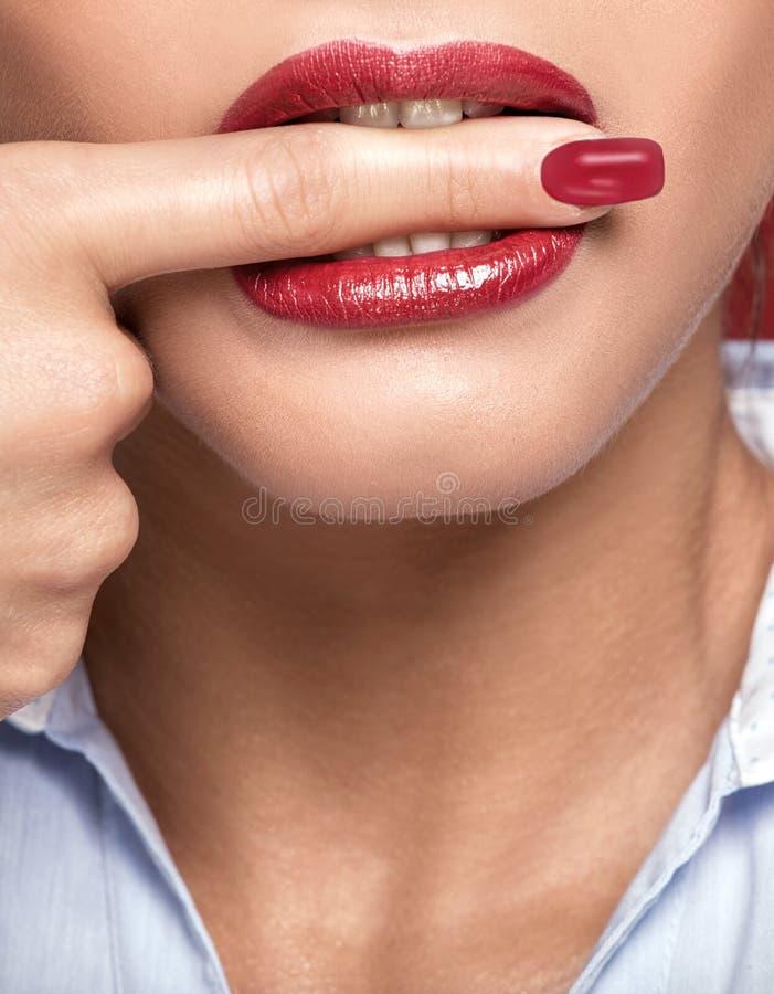 Teeths brancos que mordem um dedo imagem de stock royalty free