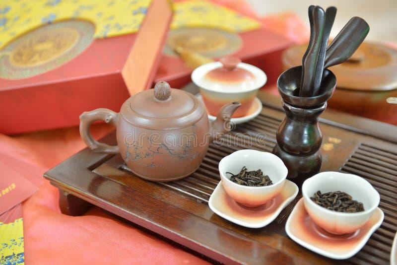 Teetopf des traditionellen Chinesen und Teepaare stockbilder