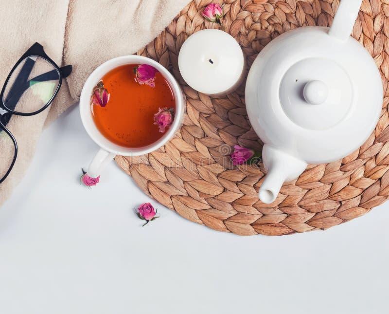 Teetopf, Tee mit gefärbtem rosea, Gläser und Kerze, Draufsicht stockbild