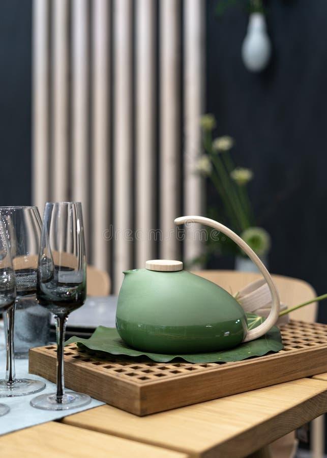 Teetopfstellung auf Tabelle nahe leeren Gläsern lizenzfreie stockbilder