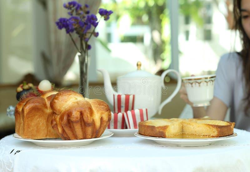 Teezeit mit süßem Brot und Muffin, Apfelkuchen und Frucht stockbild
