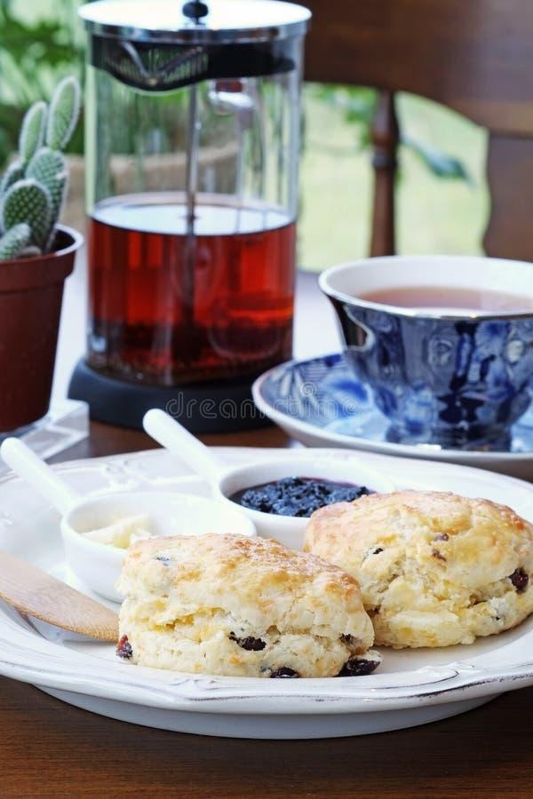 Teezeit mit Scones lizenzfreie stockfotografie