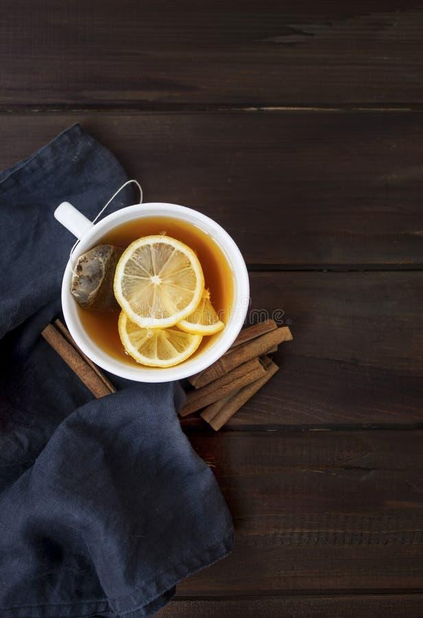 Teezeit mit Zitronen und Zimt lizenzfreies stockbild
