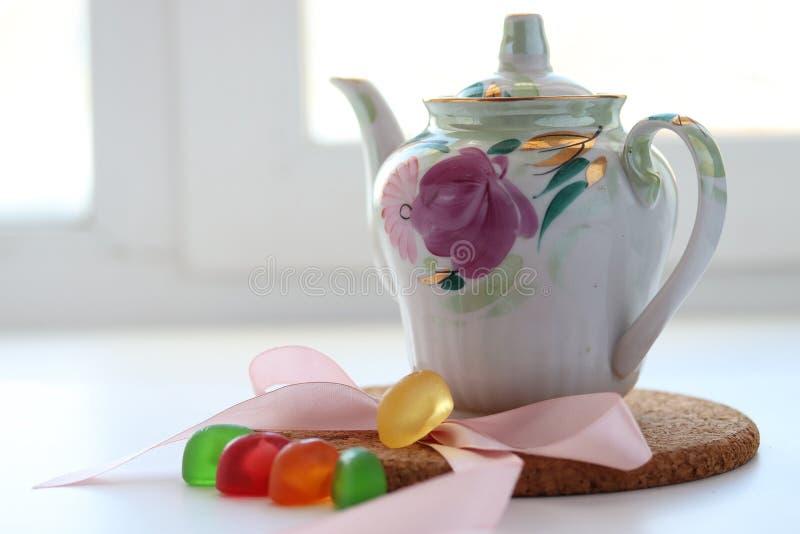 Teezeit Teekanne mit Tee, auf grünem Gras vor dem Hintergrund Lecker Tee stockfotografie