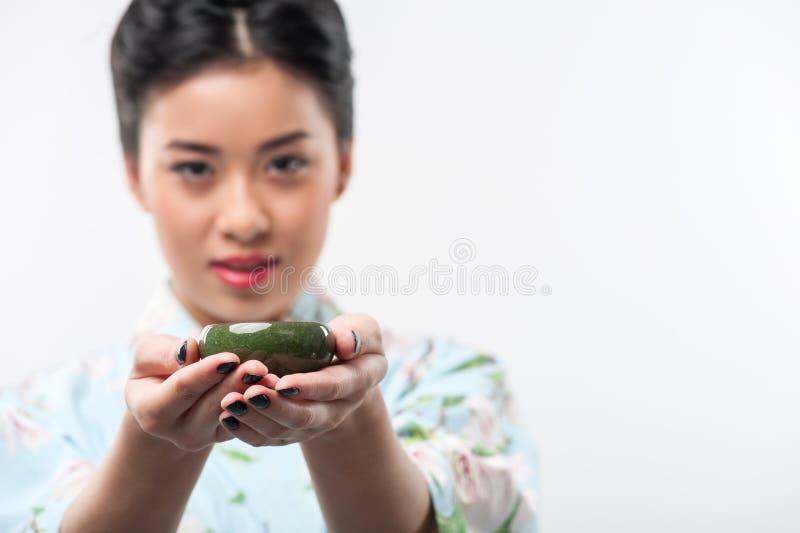 Teezeremonie geleitet von der Asiatin stockfotos